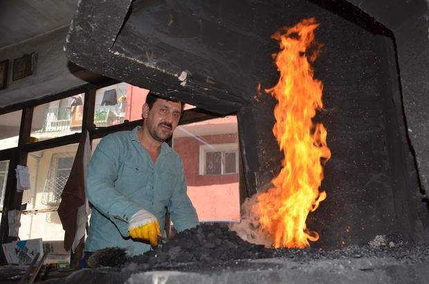 Bin derecelik ateşe karşı oruç Demirci ustaları, sıcak havada ve bin derecelik ocağa karşı hem oruç tutuyor hem de demiri dövüyor