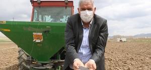 Artan gübre fiyatları çiftçinin cebini yakıyor Sivas'ın Ulaş ilçesinde üretim yapan çiftçiler firmaların ve Tarım Kredi Kooperatiflerinin arttırdığı gübre fiyatlarından şikayetçi