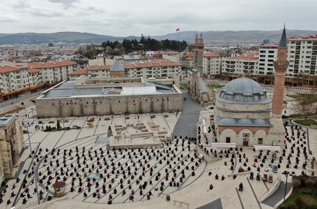 Ramazan'ın ilk cuma namazında camilerde güzel görüntüler oluştu Sivas'ta Ramazan ayının ilk cuma namazında tarihi kent meydanında toplanan vatandaşlar, drone ile havadan görüntülendi