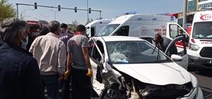 Diyarbakır'da otomobil, dönüşü yasak olan yola girdi: 5'i ağır 7 yaralı Vatandaşlar ise korona virüs tedbirlerini hiçe sayarak yaralıların kurtarılmasını film izler gibi izledi