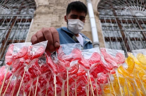Sivas'ta Ramazan ayının vazgeçilmezi 'Horoz Şekeri' Sivas'a özgü Ramazan ayı geleneklerinden 'Horoz Şekeri' tezgahlardaki yerini aldı