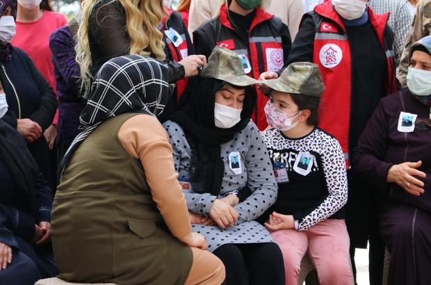Şehidin kızı hem kendisine hem de annesine babasının şapkasını taktı Görev şehidi uzman çavuş, gözyaşları arasında defnedildi Hakkari'de şehit olan Ramazan Günaydın, memleketi Adana'da toprağa verildi