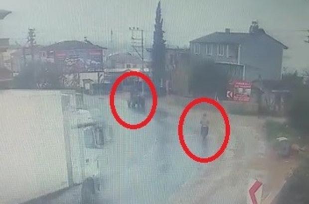 Bursa'da TIR dehşeti...2 kişinin yaralandığı anlar kamerada Yağmurlu yolda kontrolden çıkan tır önce motosiklete sonra da traktöre çarptı, o anlar bir işyerinin güvenlik kamerasına yansıdı
