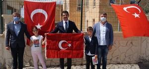 Bakan Soylu'dan bayrağı öpen çocuklara sürpriz