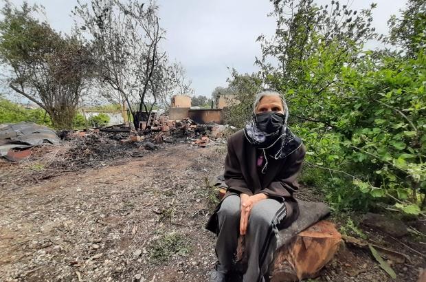 Gece çıkan yangın, müstakil evi kül etti Ev küle döndü, şans eseri kızının evinde olan yaşlı kadın evsiz kaldı