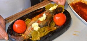Turistlerin gözdesi asırlık asma yaprağında alabalık Çavuş üzümü yaprağıyla sarılan balıklar, domates ve kapya biber konularak, meşe odunundan hazırlanan közde pişiriliyor