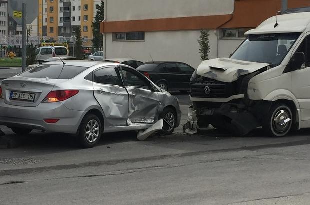 4 kişinin yaralandığı kaza güvenlik kamerasına yansıdı Kazaya karışan sürücü, araçtan iner inmez diğer sürücüye tepki gösterdi