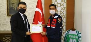 Kaymakam Gilan'dan jandarma personeline başarı belgesi