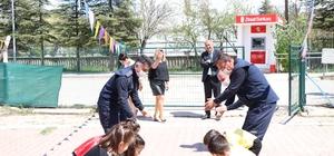 Kırıkkale'de zabıta ekipleri miniklerin '23 Nisan' gösterisine eşlik etti Başkan Türkyılmaz'dan anaokulu çocuklarına sürpriz