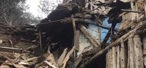 Bilecik'te boş köy evi çöktü