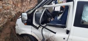 Kontrolden çıkan minibüs tarla duvarına çarparak durabildi, 2 kişi yaralandı
