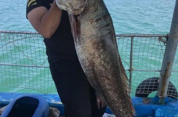 Boyu kadar balıkla böyle poz verdi