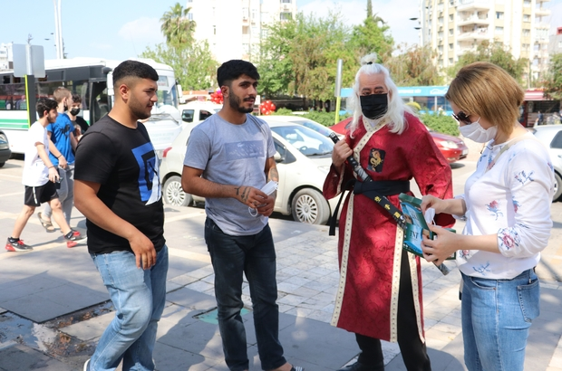 """Maske uyarısı yapan samuraya pes dedirten cevap: """"Ölümün başımızın üstünde yeri var"""" Adana'da 'samuray' kostümü giyen tiyatro oyuncusu Hüseyin Şen vatandaşları uyarıp maske dağıttı"""