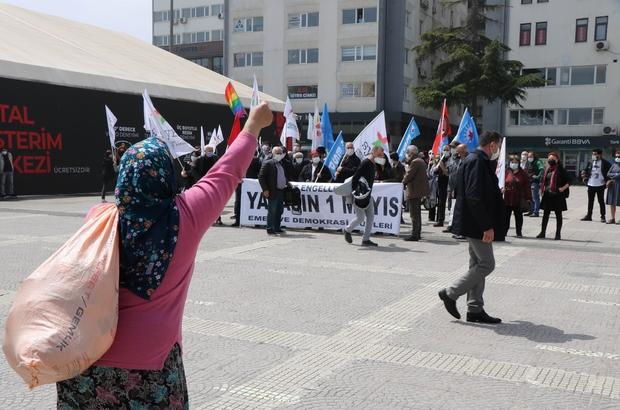 LGBTİ ve HDP'nin 1 Mayıs kutlamasında ilginç anlar Akli dengesinin yerinde olmadığı iddia edilen bir kadın, elini yumruk yaparak grubun karşısına geçip öğrenci andını okudu