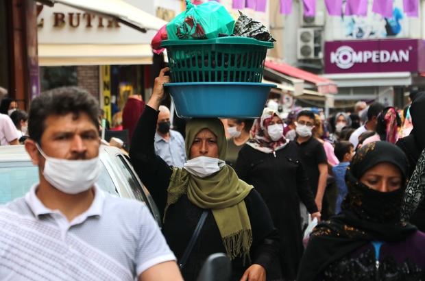 """Adanalılar giyim mağazalarına koştu Adana'da vatandaşlar kapanma öncesi giyim mağazalarına hücum etti Giyim mağazaları önünde kuyruk oluştu Adım atacak yer kalmayan çarşıda esnaf: """"Adana halkı olarak biz koronaya inanmıyoruz"""""""