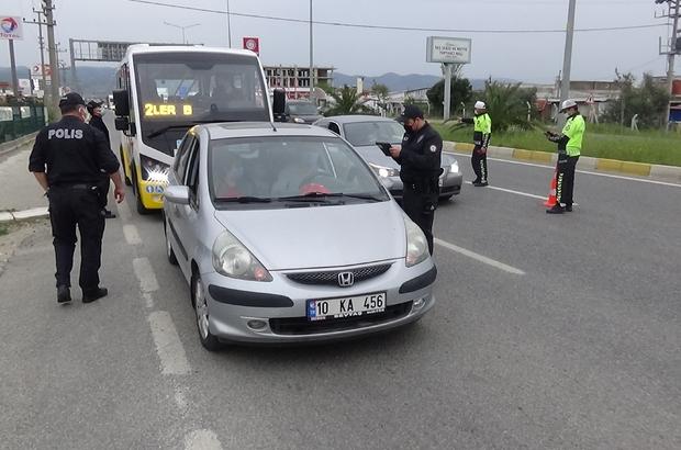 Tam kapanmanın ardından Balıkesir'de denetimler başladı İzmir-Çanakkale karayolunda denetim noktaları oluşturuldu Yolcu ve sürücülere seyahat izin belgeleri soruluyor