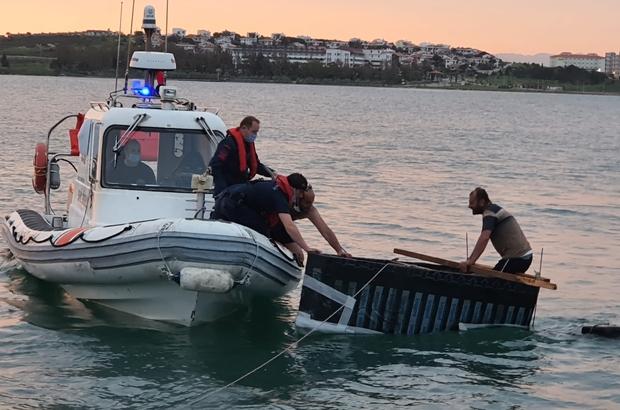 Kendi yaptıkları sal ile denizde mahsur kaldılar Akıntıya kapılan iki kafadarı Sahil Güvenlik kurtardı