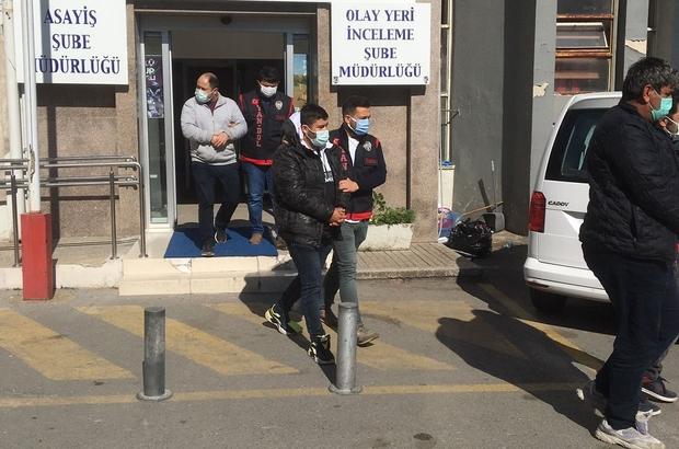 İzmir'de filmleri aratmayacak senaryoyla dolandırıcılık Merkez Bankası adına sahte evrakla iş insanlarını dolandıran şebeke yakalandı İzmir'de iki iş insanını 3,5 milyon lira dolandıran 3 şüpheli tutuklandı