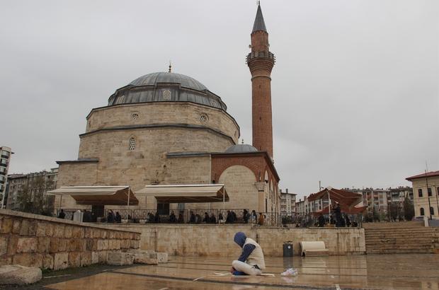 Dolup taşan meydan boş kaldı Sivas'ta her Cuma namazında dolup taşan tarihi kent meydanı tam kapanma ile bugün ki Cuma namazında  boş kaldı