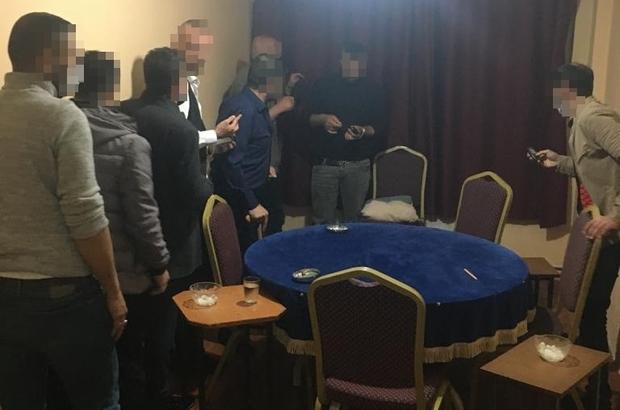 İş yerinde kumar oynamanın bedelini ağır ödediler Sivas'ta bir dairede kumar oynayan 9 kişi suç üstü yakalandı. Şahıslara toplam 29 bin 943 TL para cezası uygulandı