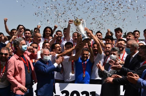 Somaspor'da şampiyonluk kupası coşkusu Somaspor'a şampiyonluk kupası düzenlenen törenle verildi