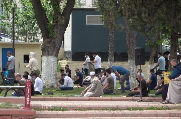 Cuma namazını park ve cami avlusunda kıldılar