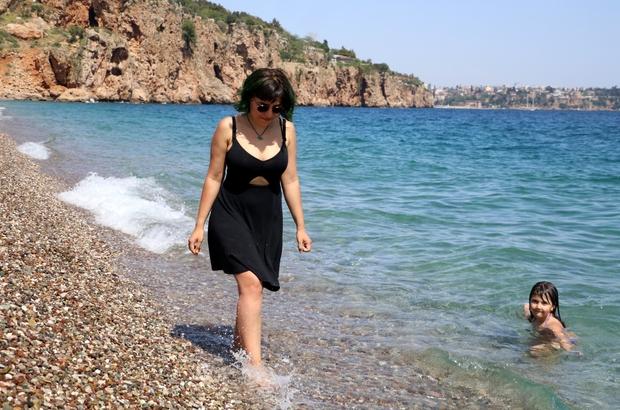Kısıtlamanın ilk gününde sahiller yerleşik olmayan turistlere kaldı Dün yoğunluk yaşanan sahilde, bugün sadece turistlerin olduğu görüldü