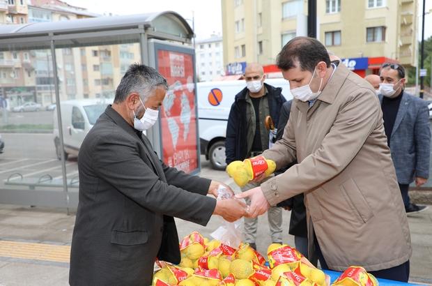 Tezgahtaki tüm limonları satın alıp satıcıyı evine gönderdi Sivas Valisi Salih Ayhan, tam kapanma kısıtlamasını ihlal eden Afgan bir satıcının tezgâhındaki tüm limonları satın alıp satıcıyı evine gönderdi
