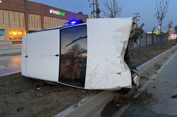 Alkollü sürücü aydınlatma direğine çarptı: 2 yaralı