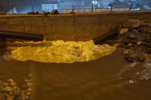 Patlayan su borusu yolu bu hale getirdi Trabzon'da havalimanı girişindeki ana isale hattı borusunun patlaması sonucu yol trafiği kapandı Patlama sonucu yolda derin bir çukur oluştu