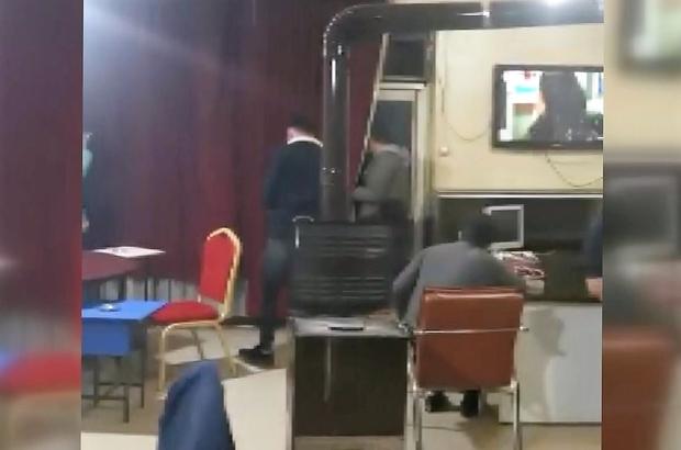 Polis baskın yapınca balkona saklanmak istedi, kameralara yakalandı Tam kapanmada iş yerinde oyun oynayanlara baskın: 102 bin lira ceza Pandemi tedbirleri nedeniyle 17 günlük tam kapanmanın ilk gecesinde 17 kişiye ceza