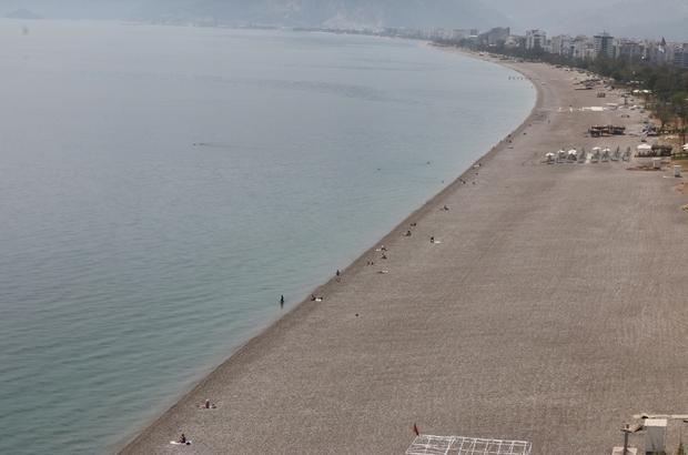 Dünyaca ünlü sahilde şaşırtan manzara Her yıl milyonlarca kişiyi ağırlayan Konyaaltı Sahili'nde turist sayısı adeta elle sayıldı