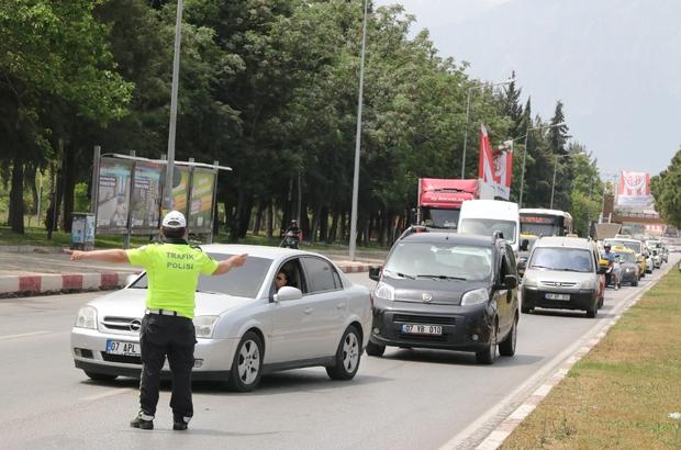 Antalya'da araçlar tek tek denetlendi, uzun araç kuyrukları oluştu