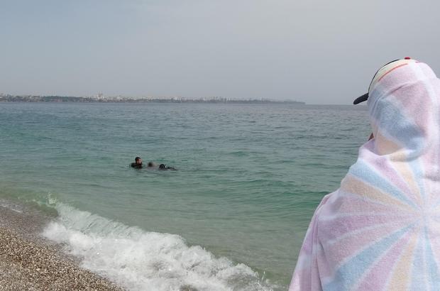 Su altına dalan turist ceset buldu Sahilde güneşlenen turistler hiçbir şey olmamış gibi cesedin çıkarılmasını böyle izledi