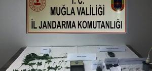 Jandarmadan uyuşturucu operasyonu Muğla'nın Bodrum ilçesinde kırsal Kızılağaç ve Çiftlik mahalleleri ile Yatağan'da Jandarma ekipleri tarafından uyuşturucu madde ile birlikte üç kişi gözaltına alındı.