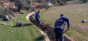 Büyükşehir Ula'da 99 kilometre sulama kanalı temizliği yaptı Muğla Büyükşehir Belediyesi kurulduğu günden bu yana Ula ilçesinde 99 Bin 780 sulama kanalı temizliği, 3 Bin 730 metre de sulama kanalı tamirat işlemi gerçekleştirdi.