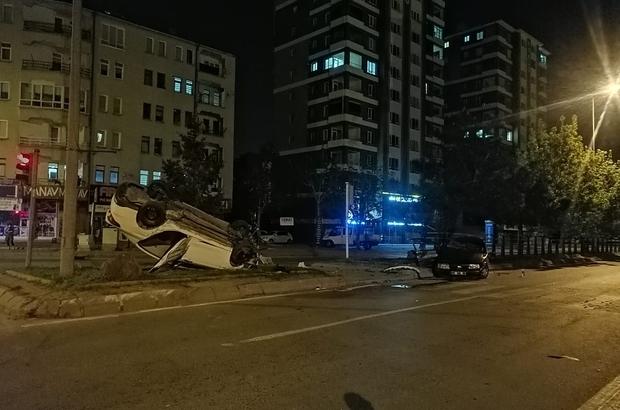 Kayseri'de 6 kişinin yaralandığı feci kaza kamerada: Ortalık savaş alanına döndü Kazada sırtına güvenlik bariyeri saplandı Kaza sonrası itfaiye görevlisinin bayrağı katlayıp kaldırması dikkatlerden kaçmadı