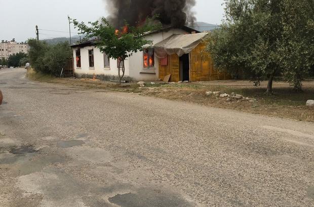 Antalya'da gecekondu alev alev yandı Yangın sırasında evde bulunan 3 kişi yara almadın kurtuldu