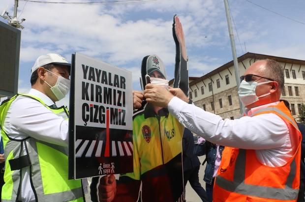 Yaya geçidine monte edilen maket polisin ağzına maske taktılar Sivas Valisi Salih Ayhan ve Sivas Belediye Başkanı Hilmi Bilgin, korona virüse dikkat çekmek için yaya geçidine monte edilen maket trafik polisinin ağzına maske taktılar