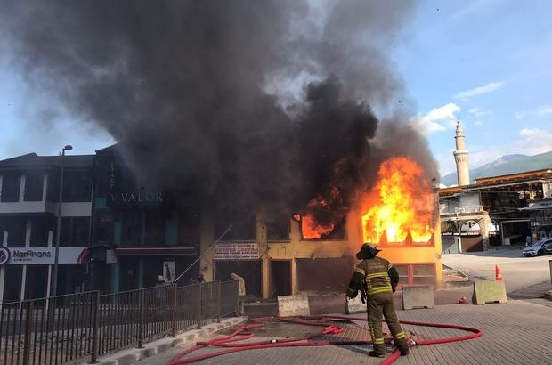 Bursa'da tarihi çarşıda korkutan yangın Tarihi Ulucami yakınındaki işyeri kısa sürede alevlere teslim oldu