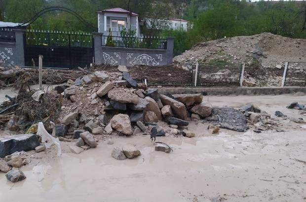 Sivas'ta sağanak yağış taşkınlara neden oldu Sivas'ın Gürün ilçesinde etkili olan dolu ve sağanak yağış taşkınlara neden oldu, Sivas-Malatya karayolu bir süre araç ulaşımına kapandı