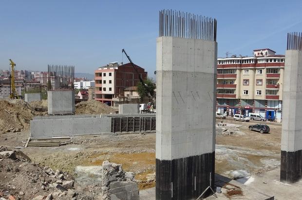Türkiye'nin en maliyetli şehir içi yolları arasında gösterilen Kanuni Bulvarı'nda çalışmalar sürüyor Trabzon'daki toplam 28 km'lik Kanuni Bulvarı tamamlandığında şehir içi trafiğini büyük ölçüde rahatlatacak