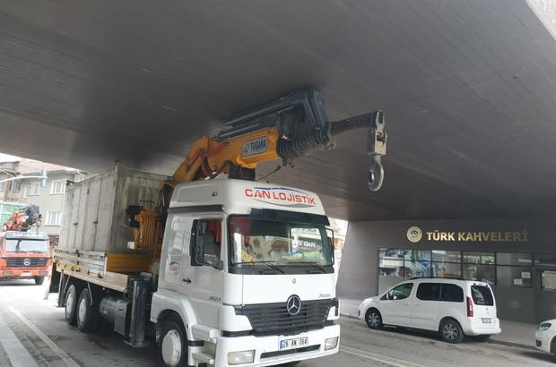 Eskişehir'de bir vinç köprünün altına sıkıştı Odunpazarı Belediyesi ekipleri vincin sıkıştığı köprüdeki hasarı onardı