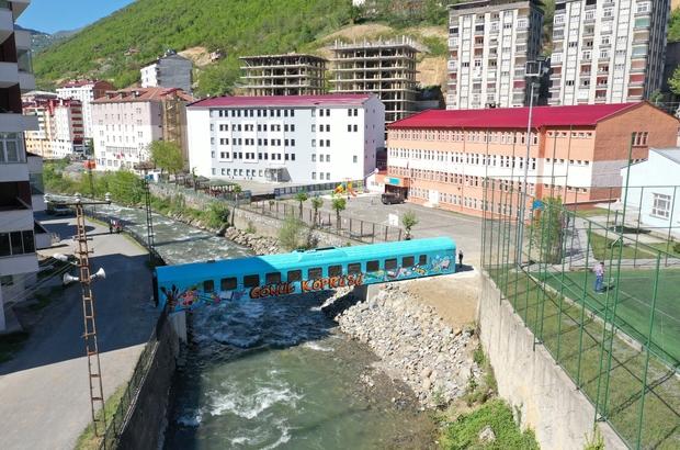 Tren vagonundan gönül köprüsü kurdular Trabzon'un Maçka ilçesinde Ce-Zi-Ne Kardeşler İlköğretim Okulu öğrencilerinin yıllardır yaşadığı ulaşım sorunu eski ve hurda bir tren vagonundan dere üzerine yapılan köprü ile çözüldü