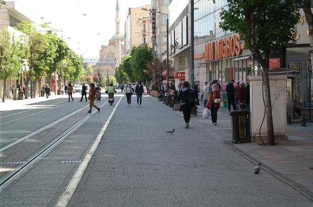 Eskişehir tam kapanamadı Kısıtlamanın birinci haftasında caddelerde insan yoğunluğu Bu insanların hepsi mi kısıtlamadan muaf