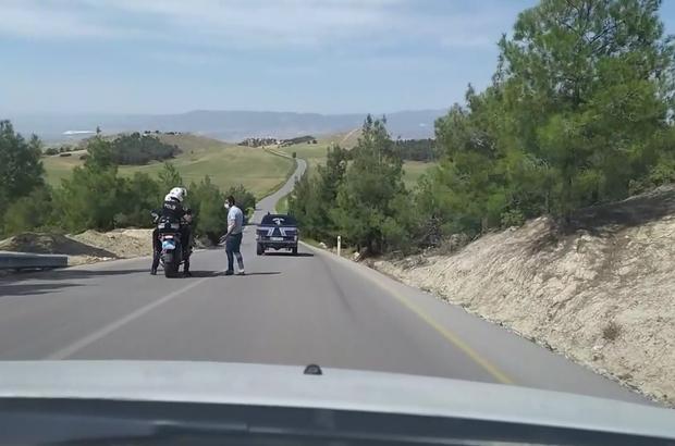 Aksiyon filmlerini aratmayan kovalamaca Dağ taş 15 kilometre devam eden kovalamaca samanlıkta bitti Polisleri oyalamak için arkadaşını dağ başında bırakıp kaçamaya devam eden ehliyetsiz genç, çıkmaz sokağa girince yakalandı