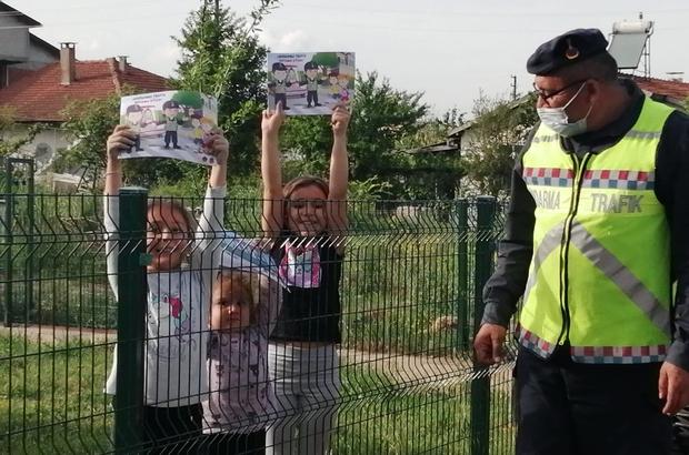 Jandarma ekiplerinden çocuklara boyama kitabı