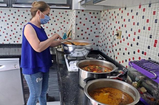 """Bu mahallede her gün bir kadın 'komşuluk' için 30 kişilik yemek yapıyor """"Komşu, komşunun külüne muhtaçtır"""" atasözünden esinlenip başlatılan projeyle yapılan yemekler, mahalle muhtarı tarafından ihtiyaç sahibi vatandaşlar, yaşlı ve evsiz vatandaşlara ulaştırılıyor Mahalle muhtarı Halil Ay: """"Yemek yapan da, yiyen de mutlu"""""""