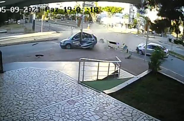 Antalya'da iki otomobil birbirine girdi: 4 yaralı Vatandaşlar araç üzerine çıkıp camları kırarak yaralıları kurtarmaya çalıştı