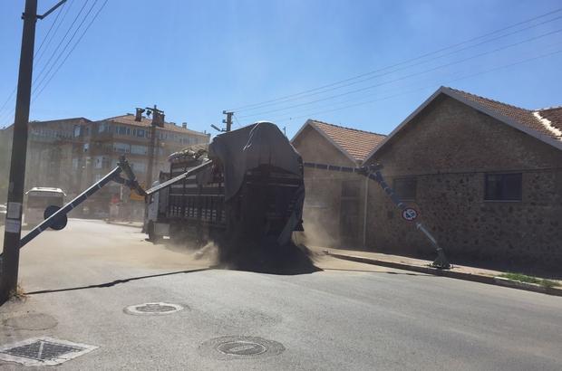 Aşırı yüklü kamyon TCDD uyarı levhasına takıldı